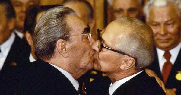 Леонид Ильич Брежнев целует Эрика Хонекера