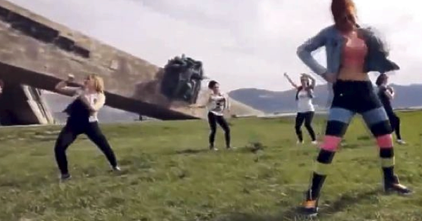 Танцы возле мемориала Малая Земля