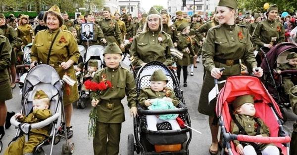 Мамы с детьми в День Победы