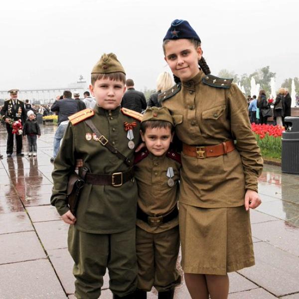 Дети в военной форме на День Победы