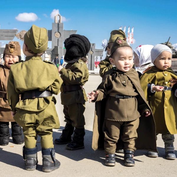 Маленькие дети в военной форме на День Победы