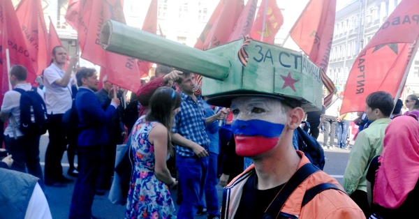 Подросток в костюме танка на День Победы
