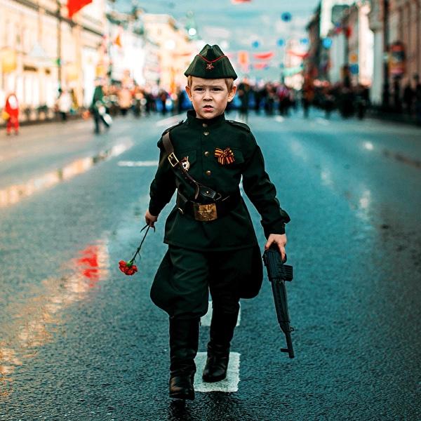 Мальчик с автоматом День Победы