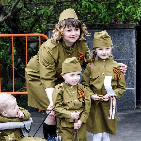 Мама с детьми День Победы