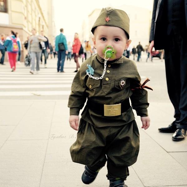 Маленький ребёнок в форме на День Победы