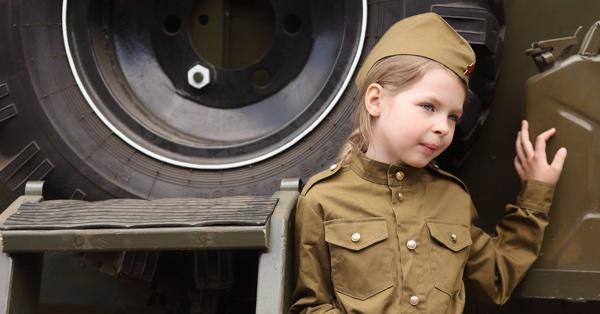 Девочка в военной форме на День Победы