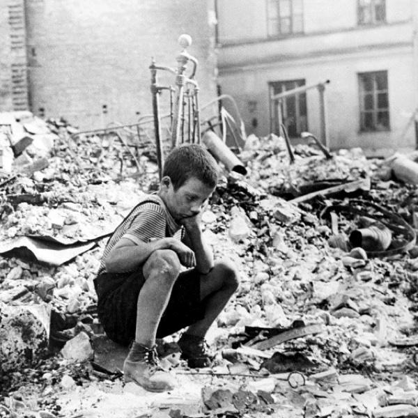 Польский мальчик на руинах в Варшаве.
