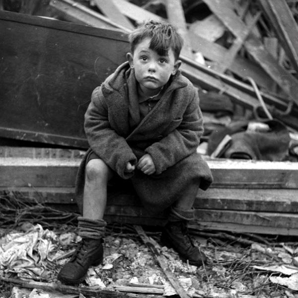 Лондонский мальчик на развалинах своего дома, где погибли его родители после попадания немецкой ракеты Фау-2