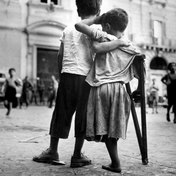 Мальчишки итальянского города Неаполь, один из которых потерял ногу во время боевых действий