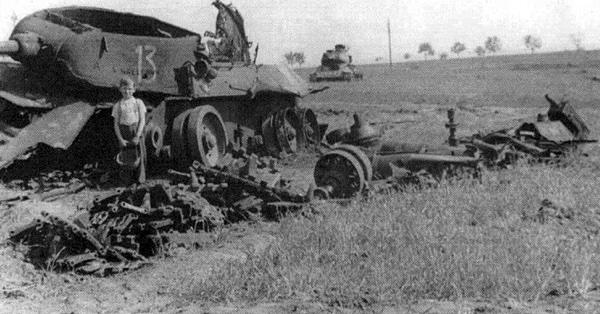 Мальчик лет семи на месте прошедшего боя, у взорванного советского танка Т-34-85
