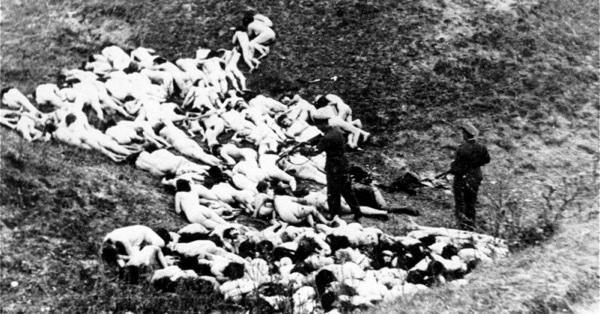 Каратели расстреливают еврейских женщин и детей у села Мизоч Ровенской области