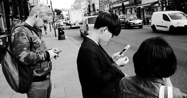 Пешеходы с телефонами